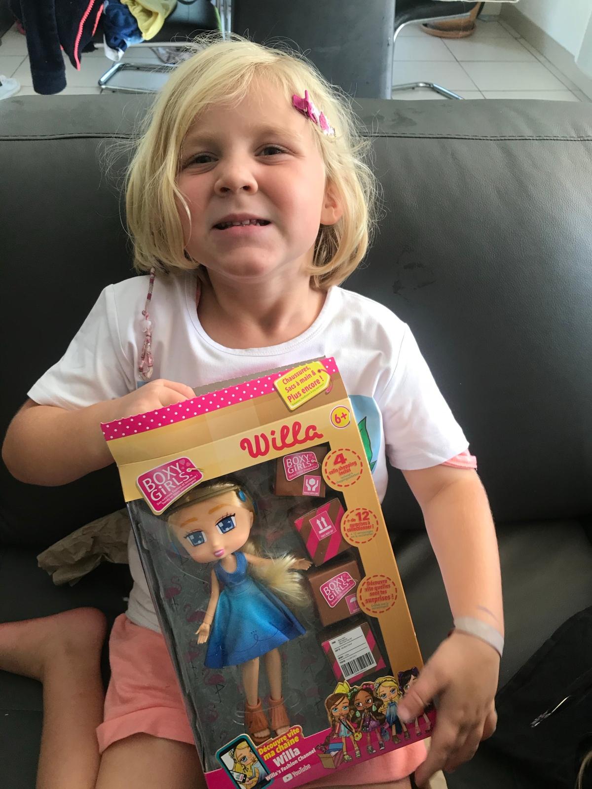 Des petites filles ravies avec leurs BoxyGirls!